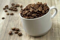 Een stapel van koffiebonen op de houten achtergrond Royalty-vrije Stock Foto's