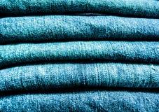 Een stapel van lichtblauwe jeans stock fotografie