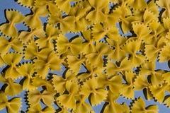 Een stapel van macaroni op de keukenlijst royalty-vrije stock afbeelding