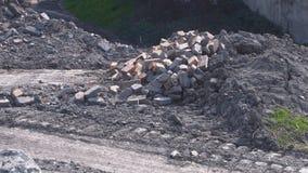 Een stapel van oude bakstenen dichtbij de fabriek stock footage