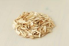 Een stapel van puin en schil van de zaden Stapel van afval van zaden op een witte achtergrond Witte zonnebloemzaden Creatief, dek stock fotografie