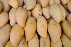 Een stapel van rijpe mango's Stock Fotografie