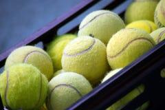 Een stapel van tennisballen bij zak Royalty-vrije Stock Fotografie