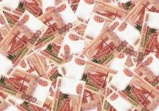 Een stapel van vijf duizend-roebels bankbiljetten spreidde uit geld uit Russische munt op een witte achtergrond stock afbeelding