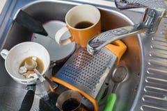 Een stapel van vuile en ongewassen schotels in het gootsteenclose-up stock fotografie