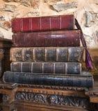 Een stapel van zeer oude boeken stock afbeelding