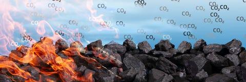 Een stapel van zwarte steenkool brandt en geeft kooldioxide van de atmosfeer tussen andere vergiften vrij royalty-vrije stock fotografie