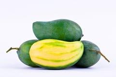 Een stapel verse groene mango en de halve mango op wit achtergrond gezond fruitvoedsel isoleerden dicht omhoog Stock Fotografie