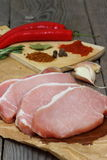 Een stapel verse karbonades van het varkensvleeslendestuk Royalty-vrije Stock Foto