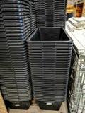 Een stapel zwarte plastic emmers royalty-vrije stock foto