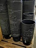 Een stapel zwarte plastic emmers royalty-vrije stock afbeeldingen