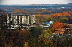 Een station in Vladimir-stad, Rusland De aard van de herfst Lange schaduwen en blauwe hemel stock afbeeldingen