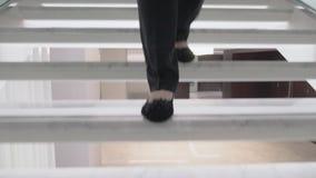 Een steadicam van vrouwelijke voeten wordt geschoten die beneden gaan die stock videobeelden