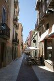 Een steeg in Figueres met openluchtkoffie Royalty-vrije Stock Foto