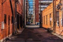 Een steeg met rode baksteengebouwen in Amarillo stock foto's