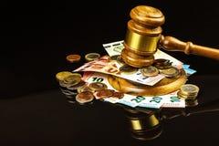 Een steekpenning voor het gerecht Corruptie in rechtvaardigheid Het beoordelen van hamer en euro bankbiljetten Oordeel voor geld stock afbeeldingen