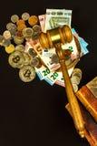 Een steekpenning voor het gerecht Corruptie in rechtvaardigheid Het beoordelen van hamer en euro bankbiljetten Oordeel voor geld royalty-vrije stock foto