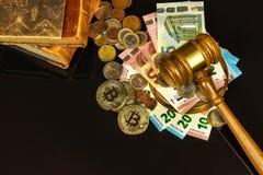 Een steekpenning voor het gerecht Corruptie in rechtvaardigheid Het beoordelen van hamer en euro bankbiljetten Oordeel voor geld stock foto's