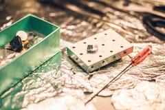 Een steekproef op onderzoek in een elektronenmicroscoop wordt voorbereid die stock fotografie