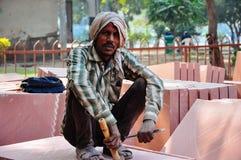 Een steenbeeldhouwer stelt dichtbij Delhi, India stock afbeeldingen