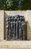 Een steenbeeldhouwwerk dat kindslachtoffers van de Holocaust afschildert bij het het de Holocaustmuseum en Gedenkteken van Yad Va royalty-vrije stock fotografie
