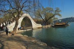 Een steenbrug op het meer stock foto