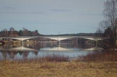 Een steenbrug over een rivier in Dalarna stock afbeelding
