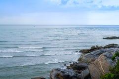 Een steenkant het overzees met overzeese golf Stock Foto's