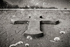 Het kruis van de steen op een graf Stock Foto