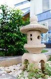 Een steenlantaarn in tuin Stock Foto's