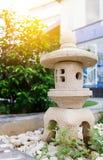 Een steenlantaarn in tuin thuis Royalty-vrije Stock Afbeelding