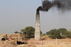 Een steenoven die rook in het land uitzenden royalty-vrije stock fotografie