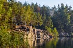 Een steile bank van een mooie steengroeve met schoon water Lange steen ukraine royalty-vrije stock fotografie