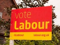 Een stemmingsteken buiten rode en gele politiek royalty-vrije stock afbeelding