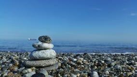 Een stenenpiramide op het strand Royalty-vrije Stock Afbeelding
