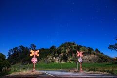 Een sterrige hemel in de Zuidelijke die Hemisfeer, van een spoor kruising wordt gezien royalty-vrije stock afbeeldingen