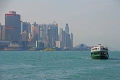Een Sterveerboot die Hong Kong Island verlaten stock fotografie