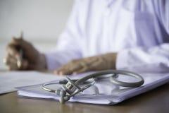 Een stethoscoop op de artsenlijst Stock Afbeeldingen