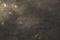 Een Stil Graf met Stille die Woorden met Bladeren worden gestippeld royalty-vrije stock afbeelding