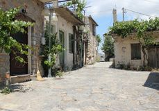 Een stille, smalle straat in een kleine bergstad Stock Afbeeldingen