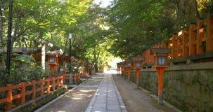 Een stille straat in het midden van Kyoto stock video