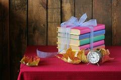 Een stilleven met boeken en uren Stock Foto