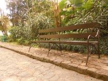 Een stoel in de tuin Stock Afbeelding