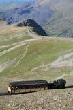 Een stoomtrein van de Snowdon-Bergspoorweg die aan de top van Onderstel Snowdon stijgen stock afbeelding