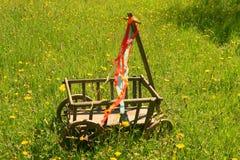 Een stootkar met kleurrijke linten Stock Foto