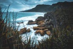 Een stormachtige dag bij de kustlijn van het Zuideneiland van Nieuw Zeeland royalty-vrije stock fotografie