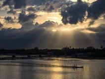 Een straal van zonlicht het breken door donkere wolken stock fotografie