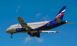 Een straalpassagiersvliegtuig in een blauwe hemel Stock Foto