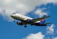 Een straalpassagiersvliegtuig in een blauwe hemel Stock Afbeeldingen