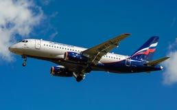Een straalpassagiersvliegtuig in een blauwe hemel Stock Foto's